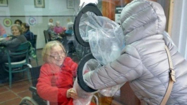El ingenioso método de un geriátrico para que los residentes vuelvan a abrazar a sus familiares