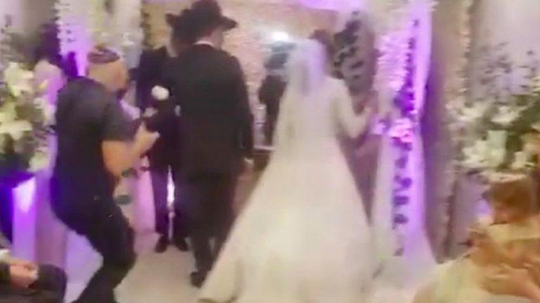 Incumplieron la cuarentena para celebrar una boda judía ortodoxa: ocho detenidos y reto del rabino