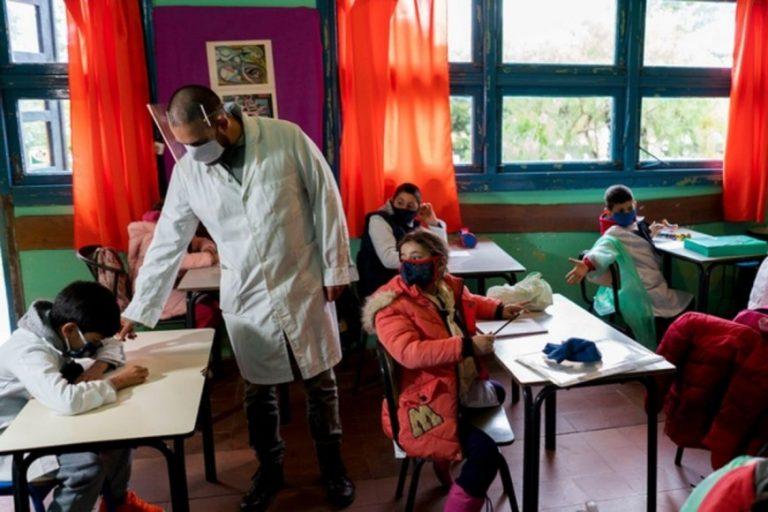 Presentaron el protocolo para volver a las aulas: Tapabocas, distancia de 1,5 metros y medidas de higiene